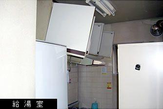 本社1階給湯室の被災状況写真