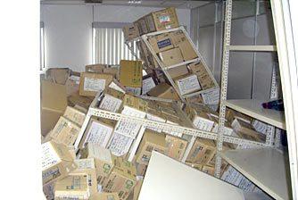 本社2階書庫の被災状況写真